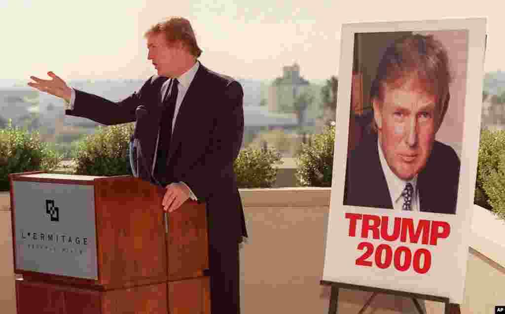 دونالد ترامپ در کالیفرنیای جنوبی برای بررسی امکان داوطلبی انتخابات. او قبل از شروع رای گیری کناره گیری کرد و در سال ۲۰۰۱ وابستگی حزبی اش به دموکرات ها را عوض کرد. ۱۹۹۹
