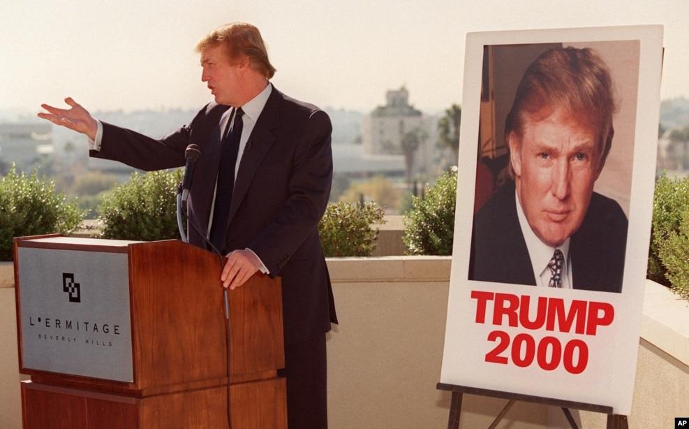 1999年12月6日,川普在加州洛杉磯比弗利山對記者發表談話。 當時美國的改革黨考慮提名川普為該黨的總統候選人