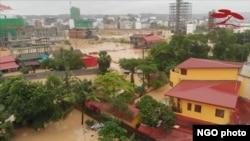 """2019年夏天,西哈努克港遭受了前所未有的大水灾。据当地一些非政府组织表示,这与中国人在这里大量而迅速的开发有很大的关系。(图片来自非政府组织""""达邦树荫""""提供的视频)"""
