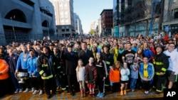 Warga berkumpul di garis finish Maraton Boston di Boston untuk pemotretan gambar sampul majalah Sports Illustrated (12/4). (AP/Michael Dwyer)
