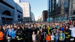 Đám đông đứng tại đích đến của cuộc đua Marathon ở Boston để tạp chí Sports Illustrated chụp hình, đánh dấu một năm vụ đánh bom tại cuộc đua này (ngày 12/4/2014).