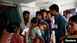 Người dân xếp hàng bỏ phiếu ở quận Rangareddy, bang miền nam Andhra Pradesh, 30/4/2014.
