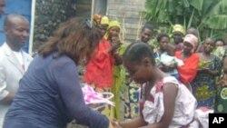 La productrice de film Albina du Boisrouvray visitant un projet d'aide à Goma