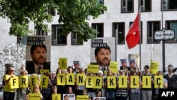Aktivis Amnesty International melakukan aksi unjuk rasa menentang penahanan kepala Amnesty International di Turki, Taner Kilic, di depan Kedutaan Besar Turki di Berlin, Jerman, 15 Juni 2017. (Foto: dok).