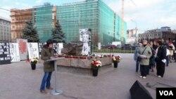 俄罗斯纪念碑人权组织每年11月末都在莫斯科市中心克格勃总部前广场上举行活动,悼念斯大林政治迫害遇难者,宣读死者姓名。(美国之音白桦拍摄)