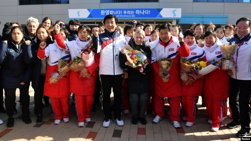 朝鲜女子冰球选手抵达韩国国家训练中心,与韩国选手组成联合女子冰球队出征冬奥会。萨拉·默里(中)担任联队教练(2018年1月25日)