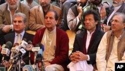 جاوید ہاشمی عمران خان اور تحریک انصاف کے دیگر رہنماؤں کےہمراہ پریس کانفرنس کررہے ہیں