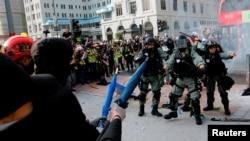 香港反政府抗议者在尖沙嘴与防暴警察对峙。(2019年10月28日)