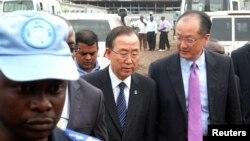 Pasukan penjaga perdamaian PBB mengawal Sekjen PBB Ban Ki-moon (tengah) dan Presiden Bank Dunia Jim Yong Kim dalam kunjungan ke Goma (23/5).