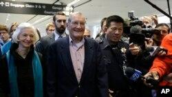 Merrill Newman, warga AS berusia 85 tahun, bersama isterinya, tiba di bandara internasional San Francisco hari Sabtu (7/12).