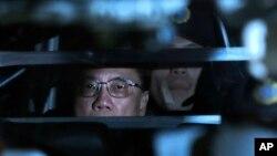 香港前行政长官曾荫权2月20日在香港高等法院出庭后乘坐囚车离开法庭。