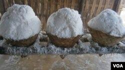 Garam hasil panen petani (foto: VOA/Petrus Riski)