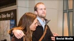 17일 보스턴 로건공항에 도착한 매튜 트레비틱 씨가 그의 어머니가 만나는 사진을 미국의 '보스턴 글로브' 신문이 보도했다.
