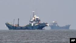 지난 6월 중국어선들이 한국 서해 강화도 인근 해상에서 조업 중이다. 한국 국방부 제공 사진. (자료사진)
