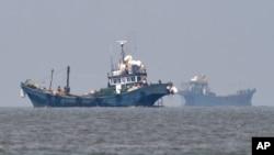 2016年6月10日韩国争议海边附近的中国渔船