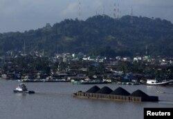 Sebuah kapal menarik tongkang batubara di sepanjang Sungai Mahakam, Samarinda, Kalimantan Timur (foto: Reuters).