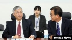 추궈홍 주한 중국대사(왼쪽)가 지난해 11월 한국 국회에서 열린 남북관계 및 교류협력발전 특별위원회의 6자회담국 주한대사 간담회에 참석했다. (자료사진)