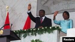 Le nouveau président angolais Joao Lourenço, aux côtés de sa femme, salue la foule lors de sa prestation de serment à Luanda, Angola, 26 septembre 2017.