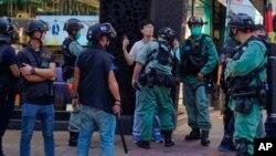 Polisi Hong Kong menahan seorang aktivis pro-demokrasi dalam aksi unjuk rasa hari Minggu (28/6).