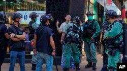 """2020年6月28日香港警方在反對""""港版國安法""""遊行中拘留一名男子。"""
