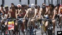 抗议者在利马脱衣登车上街要求保护骑车者权益