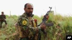 موضع گیری نیروهای شیعه عراقی در خط مقدم نبرد با داعش در خالدیه، ۱۰۰ کیلومتری غرب بغداد - آرشیو