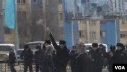 Polisi menembakkan pistol ke udara untuk membubarkan demonstran di Zhanaozen, Kazakhstan (16/12).