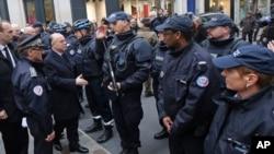 Francuski ministar unutrašnjih poslova sa pripadnicima policije