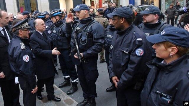 Bộ trưởng Nội vụ Pháp Bernard Cazeneuve gặp các cảnh sát khi đi thăm đường Rue des Rosiers, khu của người Do Thái ở Paris, 12/1/15