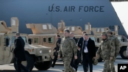 Президент Порошенко присутствует при передаче украинской армии первой партии американского военного снаряжения в аэропорту Борисполь. Архивное фото. 25 марта 2015