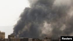 Asap membubung dari lokasi serangan udara oleh Arab Saudi, di Sanaa, Yaman, Minggu, 7 Maret 2021.