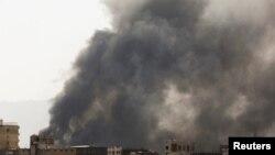 沙特領導的聯軍空襲也門首都薩那後該市設施冒起的濃煙。