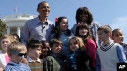 Президент Барак Обама и первая леди Мишель Обама вместе с детьми, собравшимися на ежегодное пасхальное катание яиц, на лужайке Белого дома. 1 апреля 2013 г.
