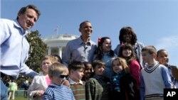 1일 '부활절 달걀 굴리기' 행사에 초청된 어린이들과 바락 오바마 대통령(뒷줄 가운데), 미쉘 오바마 영부인(뒷줄 오른쪽).