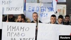 Митинг протеста в связи с решением властей Косово ввести пошлины на импорт из Сербии и Боснии, деревня Рударе, недалеко от Митровицы, Косово, 23 ноября 2018 года