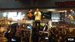 2014年占领运动中,戴耀廷在台上发言 (美国之音海彦拍摄)