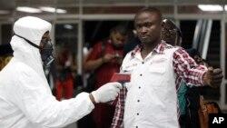 La decisión de la FDA llega en medio de un brote de ébola en África occidental.