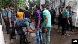 Polisi Bangladesh memeriksa para pejalan kaki dii depan pengadilan, pasca diumumkannya keputusan MA atas Abdul Quader Mollah. Pemimpin partai Jamaat-e-Islami tersebut dijatuhi hukuman mati di pengadilan Dhaka, Bangladesh, Selasa (17/9).