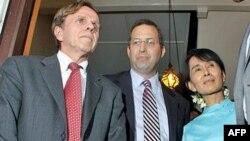 Bà Aung San Suu Kyi (phải), Ðặc sứ Hoa Kỳ về Miến Ðiện Derek Mitchell (giữ), và Trợ lý Ngoại trưởng Hoa Kỳ Michael Posner gặp gỡ báo chí sau một cuộc họp tại Rangoon hồi tháng 11, 2011.