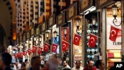 遊人在伊斯坦布爾逛大巴扎市場。 (2018年7月19日)
