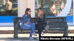 ARHIVA - Devojke sede na klupi u Podgorici, 23. maj 2019. (Foto: RFE/RL/Nikola Borozan)