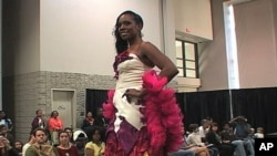 一名模特在展示一件完全用回收材料制成的婚纱礼服