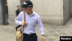 중국계 FBI 직원으로 중국에 기밀정보를 유출한 혐의를 받고 있는 쿤산춘 씨가 지난 1일 뉴욕 연방법원에서 혐의를 시인한 후 법원을 나서고 있다.