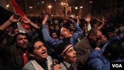 Miles de manifestantes reaccionaron furiosos ante al anuncio de Mubarak de continuar en el cargo hasta septiembre.
