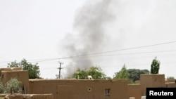 10일 아프가니스탄 가즈니에서 탈레반의 기습 공격이 있은 후 민간 거주지 위로 검은 연기가 솟구치고 있다.