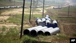 지난해 5월 중국에서 미얀마로 이어지는 가스관 공사에 사용될 파이프들이 중국-버마 국경지역에 쌓여있다. (자료사진)