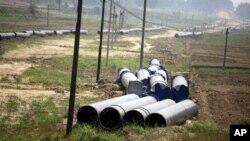 Đường ống được bắt đầu xây dựng vào năm 2010, thuộc một dự án lớn, bao gồm một đường ống dẫn khí đốt và một đường dẫn dầu thô.