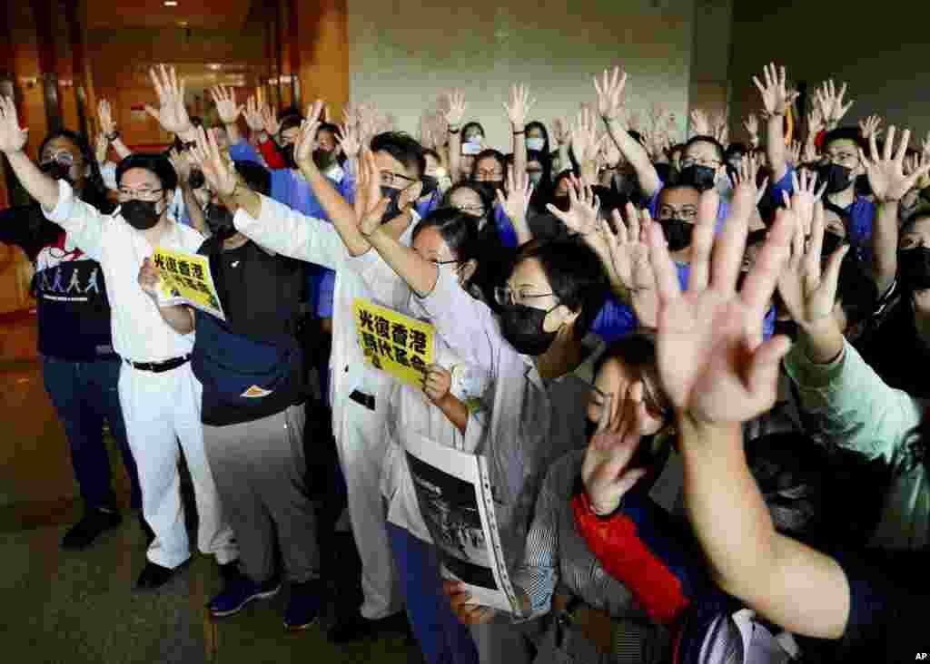 香港威尔斯亲王医院的医护人员在医院大厅集会,他们伸出五指宣示五项诉求缺一不可。(2019年9月16日)