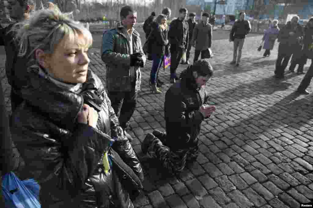 Meydanda həlak olanların xatirəsi anlılır - Kiyev, 24 fevral, 2014