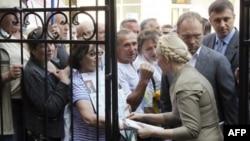 Юлія Тимошенко розмовляє зі своїми прихильниками